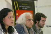 De izq. a der. Andrea Cabel, Arturo Corcuera y la editorial MR.